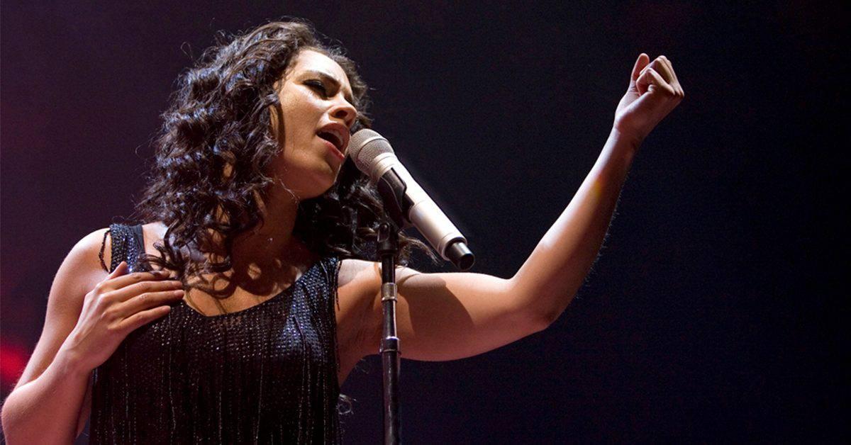 Photo of Alicia Keys singing